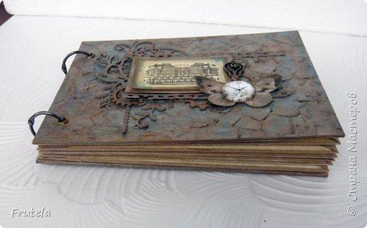 Винтажный альбом размером 14х20 .Основа выполнена из конвертов(туда помещается достаточное количество фото), фоновая бумага состарена и отштампована. фото 9