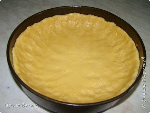 """Здравствуйте, уважаемые жители страны Мастеров. Хочу поделиться рецептом очень вкусного пирога с яблоками. Немного истории. Когда я ещё училась в школе, увлеклась выпечкой тортов искала в разных источниках рецепты и пробовала печь, было интересно получится или нет. Моя бабушка поддерживала меня и делилась со мной разными рецептами. Однажды предложила мне испечь сладкий пирог с яблоками и мы вместе взялись за дело. Пирог действительно оказался очень вкусным всем понравился. С тех пор прошло много лет, нет с нами любимой бабушки, а я всё время вспоминаю её, когда начинаю готовить этот пирог. А так как названия у пирога не было, я стала называть его """"Бабушкин пирог"""", и теперь мои дети если хотят чего-нибудь вкусненького Просят: """"Испеки мама """"Бабушкин пирог"""" фото 12"""