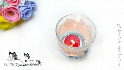 Из стакана сделала нежный подсвечник. Такая получилась красота. Еще купила ароматизированные свечи — просто прелесть.  Сделать такое изделие очень просто. Материалы: стакан; кружево; ленты; клей; страз; нитка. фото 4
