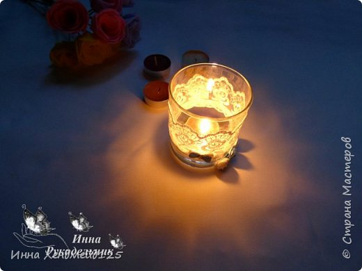 Из стакана сделала нежный подсвечник. Такая получилась красота. Еще купила ароматизированные свечи — просто прелесть.  Сделать такое изделие очень просто. Материалы: стакан; кружево; ленты; клей; страз; нитка. фото 5