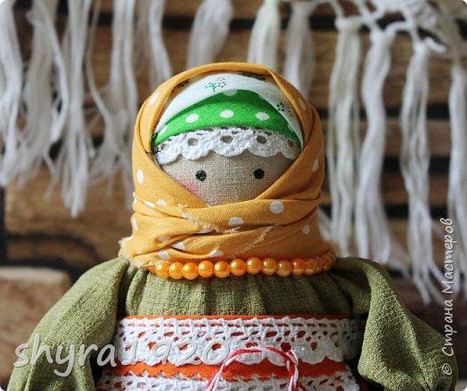 Сшита кукла по мотивам народных кукол, но осовремененная мною.  Бабушка Ирина вяжет шарфик внучке.  фото 5