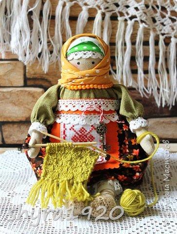 Сшита кукла по мотивам народных кукол, но осовремененная мною.  Бабушка Ирина вяжет шарфик внучке.  фото 1
