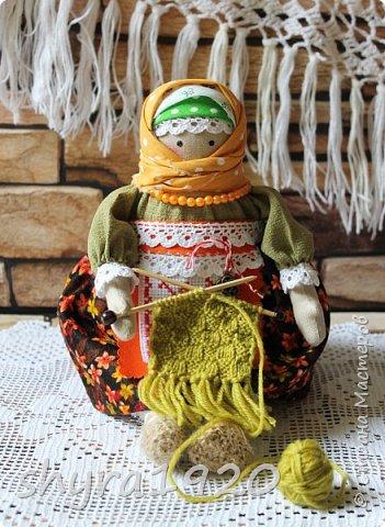 Сшита кукла по мотивам народных кукол, но осовремененная мною.  Бабушка Ирина вяжет шарфик внучке.  фото 2