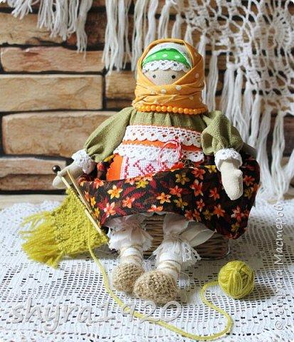 Сшита кукла по мотивам народных кукол, но осовремененная мною.  Бабушка Ирина вяжет шарфик внучке.  фото 8