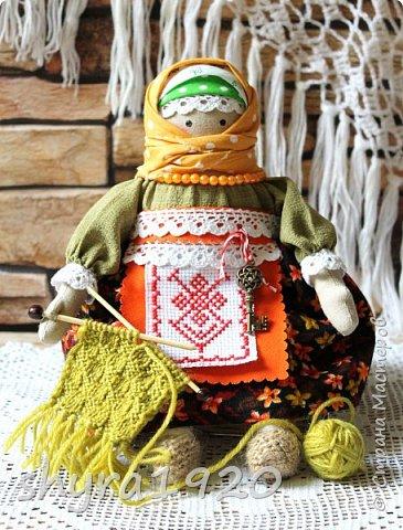Сшита кукла по мотивам народных кукол, но осовремененная мною.  Бабушка Ирина вяжет шарфик внучке.  фото 9
