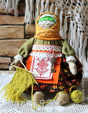 Сшита кукла по мотивам народных кукол, но осовремененная мною.  Бабушка Ирина вяжет шарфик внучке.  фото 10