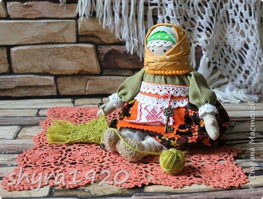 Сшита кукла по мотивам народных кукол, но осовремененная мною.  Бабушка Ирина вяжет шарфик внучке.  фото 11