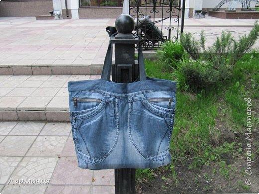 Сшила себе сумку из рваных джинс Это задняя сторона брюк.Для ручек купила  плотную ленту .Внутри подкладка из старой летней юбки.Сумка без молнии. фото 1