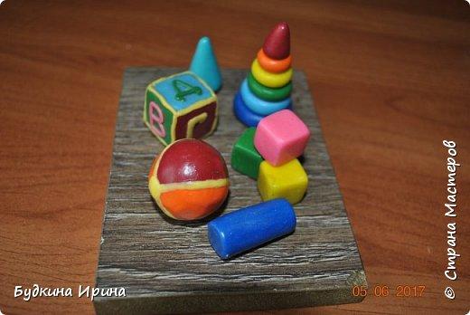 Миниатюрка выполнена из цветной полимерной глины. Основа кусок ламината 9х12 см. фото 2
