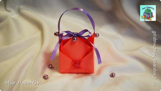 Сладкий подарок или какой-либо сюрприз можно красиво оформить в бумажную коробочку! Сделать такую подарочную коробочку для конфет своими руками совсем несложно. Смотрите наш мастер-класс! Нам понадобится: - цветная бумага размером 21 на 21 см, - ленточка, - скотч, - клеевой пистолет, - бусины, - любой декор для украшения.  Подписывайтесь на мой канал! Там много интересного!