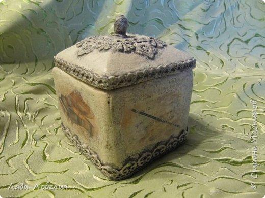 """Шкатулочка маленькая, 75х75Х80 мм, основа- гофрированный картон, покрытый соленым тестом. Тесто после высыхония зачищено шкуркой. Очень понравился результат, иллюзия камня или керамики, приятно держать в руках. Потом приклеила кружево, """"шишечку"""" из бусины вставляла еще в сырое тесто, проткнув картон крышки. покраска, декупаж истонченной распечаткой, тонирование. покрытие лаком без фанатизма - слоя, чтобы не было излишней глянцевости. фото 2"""