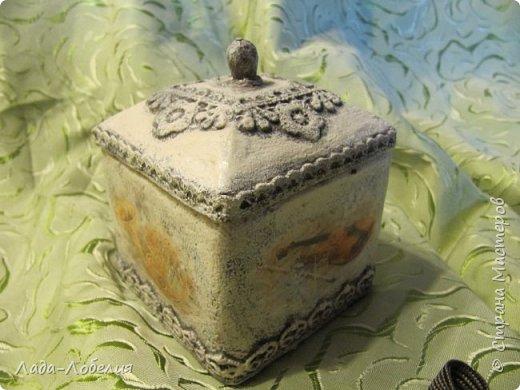 """Шкатулочка маленькая, 75х75Х80 мм, основа- гофрированный картон, покрытый соленым тестом. Тесто после высыхония зачищено шкуркой. Очень понравился результат, иллюзия камня или керамики, приятно держать в руках. Потом приклеила кружево, """"шишечку"""" из бусины вставляла еще в сырое тесто, проткнув картон крышки. покраска, декупаж истонченной распечаткой, тонирование. покрытие лаком без фанатизма - слоя, чтобы не было излишней глянцевости. фото 1"""