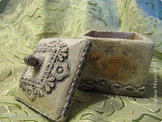 """Шкатулочка маленькая, 75х75Х80 мм, основа- гофрированный картон, покрытый соленым тестом. Тесто после высыхония зачищено шкуркой. Очень понравился результат, иллюзия камня или керамики, приятно держать в руках. Потом приклеила кружево, """"шишечку"""" из бусины вставляла еще в сырое тесто, проткнув картон крышки. покраска, декупаж истонченной распечаткой, тонирование. покрытие лаком без фанатизма - слоя, чтобы не было излишней глянцевости. фото 3"""