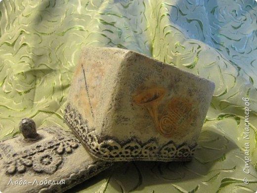 """Шкатулочка маленькая, 75х75Х80 мм, основа- гофрированный картон, покрытый соленым тестом. Тесто после высыхония зачищено шкуркой. Очень понравился результат, иллюзия камня или керамики, приятно держать в руках. Потом приклеила кружево, """"шишечку"""" из бусины вставляла еще в сырое тесто, проткнув картон крышки. покраска, декупаж истонченной распечаткой, тонирование. покрытие лаком без фанатизма - слоя, чтобы не было излишней глянцевости. фото 4"""