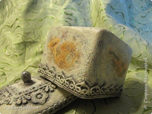 """Шкатулочка маленькая, 75х75Х80 мм, основа- гофрированный картон, покрытый соленым тестом. Тесто после высыхония зачищено шкуркой. Очень понравился результат, иллюзия камня или керамики, приятно держать в руках. Потом приклеила кружево, """"шишечку"""" из бусины вставляла еще в сырое тесто, проткнув картон крышки. покраска, декупаж истонченной распечаткой, тонирование. покрытие лаком без фанатизма - слоя, чтобы не было излишней глянцевости. фото 5"""