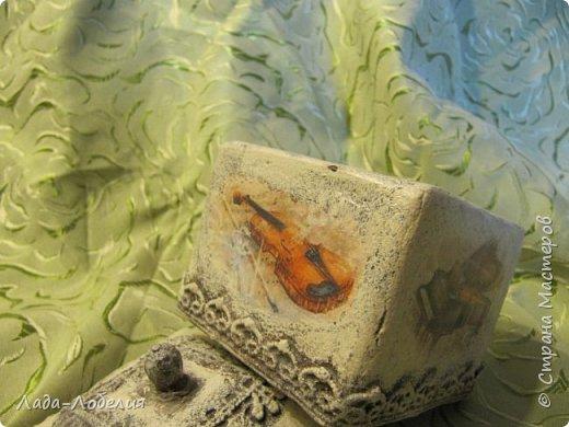 """Шкатулочка маленькая, 75х75Х80 мм, основа- гофрированный картон, покрытый соленым тестом. Тесто после высыхония зачищено шкуркой. Очень понравился результат, иллюзия камня или керамики, приятно держать в руках. Потом приклеила кружево, """"шишечку"""" из бусины вставляла еще в сырое тесто, проткнув картон крышки. покраска, декупаж истонченной распечаткой, тонирование. покрытие лаком без фанатизма - слоя, чтобы не было излишней глянцевости. фото 6"""