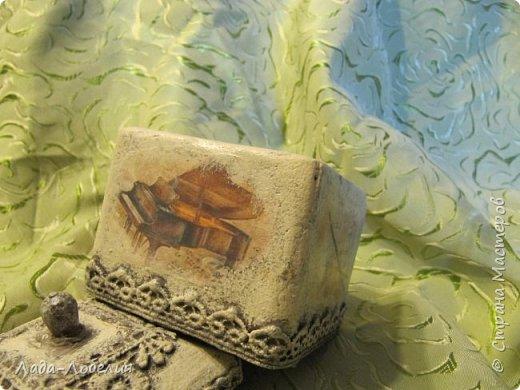 """Шкатулочка маленькая, 75х75Х80 мм, основа- гофрированный картон, покрытый соленым тестом. Тесто после высыхония зачищено шкуркой. Очень понравился результат, иллюзия камня или керамики, приятно держать в руках. Потом приклеила кружево, """"шишечку"""" из бусины вставляла еще в сырое тесто, проткнув картон крышки. покраска, декупаж истонченной распечаткой, тонирование. покрытие лаком без фанатизма - слоя, чтобы не было излишней глянцевости. фото 7"""
