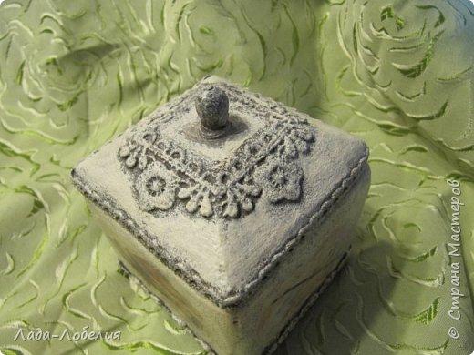 """Шкатулочка маленькая, 75х75Х80 мм, основа- гофрированный картон, покрытый соленым тестом. Тесто после высыхония зачищено шкуркой. Очень понравился результат, иллюзия камня или керамики, приятно держать в руках. Потом приклеила кружево, """"шишечку"""" из бусины вставляла еще в сырое тесто, проткнув картон крышки. покраска, декупаж истонченной распечаткой, тонирование. покрытие лаком без фанатизма - слоя, чтобы не было излишней глянцевости. фото 8"""
