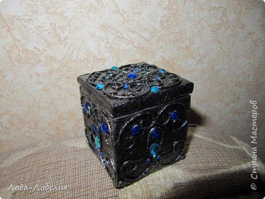 """Шкатулочка маленькая, 75х75Х80 мм, основа- гофрированный картон, покрытый соленым тестом. Тесто после высыхония зачищено шкуркой. Очень понравился результат, иллюзия камня или керамики, приятно держать в руках. Потом приклеила кружево, """"шишечку"""" из бусины вставляла еще в сырое тесто, проткнув картон крышки. покраска, декупаж истонченной распечаткой, тонирование. покрытие лаком без фанатизма - слоя, чтобы не было излишней глянцевости. фото 9"""