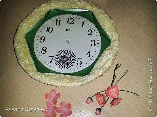 """Здравствуйте, творческие жители Страны! К вашему вниманию часы """"переделка"""", для мамы. Материалы: молярный скотч, термоклей, алебастр, акриловые краски, лак, фоамиран. фото 3"""