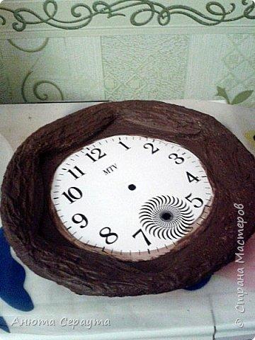 """Здравствуйте, творческие жители Страны! К вашему вниманию часы """"переделка"""", для мамы. Материалы: молярный скотч, термоклей, алебастр, акриловые краски, лак, фоамиран. фото 4"""