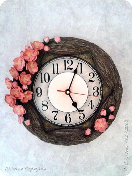 """Здравствуйте, творческие жители Страны! К вашему вниманию часы """"переделка"""", для мамы. Материалы: молярный скотч, термоклей, алебастр, акриловые краски, лак, фоамиран. фото 1"""