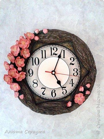 """Здравствуйте, творческие жители Страны! К вашему вниманию часы """"переделка"""", для мамы. Материалы: молярный скотч, термоклей, алебастр, акриловые краски, лак, фоамиран. фото 12"""