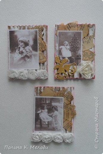 """Всем доброе утро.На днях сотворилась серия АТС """"Страницы прошлого"""".Фон карточки сделала так:на плотном картоне вырезала заготовки  и сняла с них верхний слой,но не до конца.После чего хаотично покрасила белой гуашью.В работе использовала вырубку,цветочки,распечатки(Спасибо Оле и Фасинасьён).А также расскажу как делала обрывки страниц:нашла старую книгу и сделала обрывки листочек,но цвет мне не очень понравился.Тогда заварила крепкий кофе и кинула листочки на 15 мину,после чего высушила , расставила композицию и приклеила.Выбираем! фото 1"""