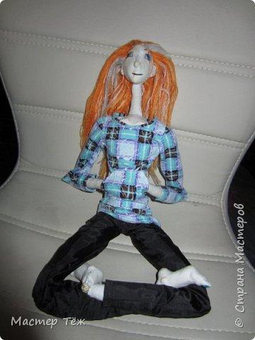 """Пока несколько работ из тех, что я назвал """"кукольные куклости"""", т.е. вещи для кукол.  Тут Аринар позирует в клетчатом свитшоте.  фото 2"""