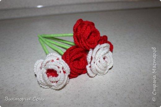Роза это, пожалуй, самый узнаваемый и самый любимый из всех декоративных цветов. И сегодня мы с вами свяжем розу, которая не будет колоться, а будет приносить только радость.Используя эту розу, можно сделать брошь, заколку, браслет и многое другое. фото 4
