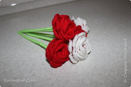 Роза это, пожалуй, самый узнаваемый и самый любимый из всех декоративных цветов. И сегодня мы с вами свяжем розу, которая не будет колоться, а будет приносить только радость.Используя эту розу, можно сделать брошь, заколку, браслет и многое другое. фото 1