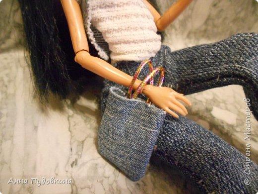 Всем приветик!Я решила поучаствовать в конкурсе Мисс Июнь ( http://stranamasterov.ru/node/1099857?tid=675 ) В конкурсе напросилась участвовать вот эта красотка!) Вот моя участница-кукляша)Знакомьтесь: Клеопатра Кассиопея, 20-ти летний архитектор.В детстве очень любила играть в куклы и строить для них прекрасные дома! Все свои идеи записывает в свой любимый блокнотик, с корабликом) Не любит платья, а наоборот джинсы с жилеткой или кожаной курточкой!Погода в кукольной стране теплая, поэтому Клеопатра позировала перед нами в жилетке) Несмотря на строгие образы, она довольно милая и терпеливая девушка)Очень любит детей и животных)Любит яркий макияж, и необычные пряди на темных волосах)   фото 5