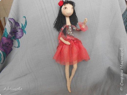 каркасная кукла можно изгибать руки и ноги в разные стороны.