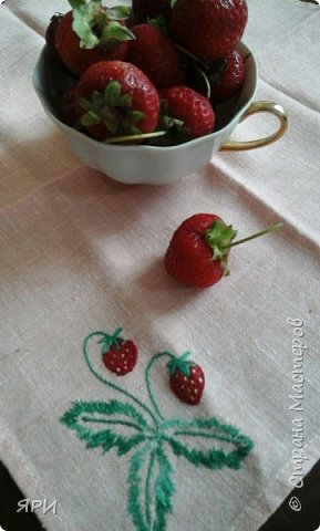 Здравствуй, лето! Жаркое, ягодное! На градуснике-+34...при такой температуре ягоды клубники(земляники?) очень сладкие. Салфетка вышита гладью, старинным китайским мулине.  фото 1