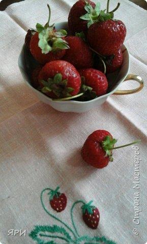 Здравствуй, лето! Жаркое, ягодное! На градуснике-+34...при такой температуре ягоды клубники(земляники?) очень сладкие. Салфетка вышита гладью, старинным китайским мулине.  фото 2
