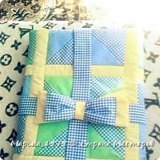 Добрый день всем мастерам и мастерицам! выставляю на Ваш суд свое первое одеяло в стиле лоскутного шитья. Размер одеяла 90х90 см, 1 слой синтепона, отечественная бязь. Бант на фото не до шит, впоследствии вставила широкую резинку.  фото 1