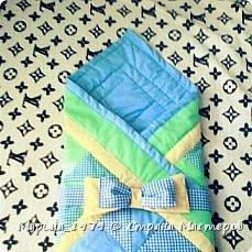 Добрый день всем мастерам и мастерицам! выставляю на Ваш суд свое первое одеяло в стиле лоскутного шитья. Размер одеяла 90х90 см, 1 слой синтепона, отечественная бязь. Бант на фото не до шит, впоследствии вставила широкую резинку.  фото 2