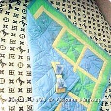 Добрый день всем мастерам и мастерицам! выставляю на Ваш суд свое первое одеяло в стиле лоскутного шитья. Размер одеяла 90х90 см, 1 слой синтепона, отечественная бязь. Бант на фото не до шит, впоследствии вставила широкую резинку.  фото 3
