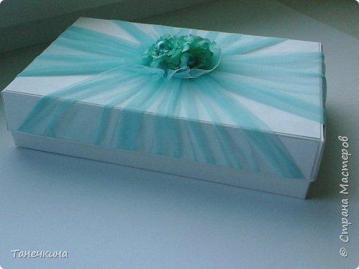 Доброго времени, выполнила открытку с самодельными цветами герберы,на фото упаковочная коробочка.Картон и фатин. фото 1