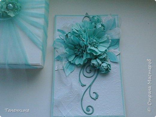 Доброго времени, выполнила открытку с самодельными цветами герберы,на фото упаковочная коробочка.Картон и фатин. фото 2