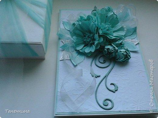 Доброго времени, выполнила открытку с самодельными цветами герберы,на фото упаковочная коробочка.Картон и фатин. фото 3