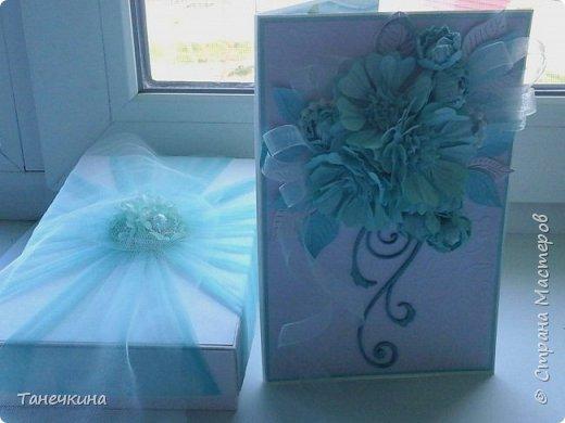 Доброго времени, выполнила открытку с самодельными цветами герберы,на фото упаковочная коробочка.Картон и фатин. фото 4
