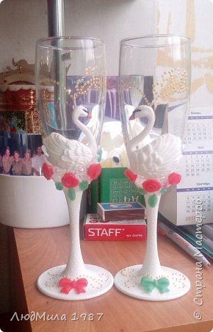 Свадьба у коллеги на работе.Попросила она меня сделать набор на свадьбу: 2 бутылки,бокалы.очаг. Долго смотрели варианты, определялись в цветах. Выбрала лебедей. фото 2