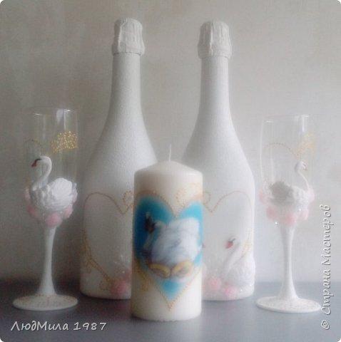 Свадьба у коллеги на работе.Попросила она меня сделать набор на свадьбу: 2 бутылки,бокалы.очаг. Долго смотрели варианты, определялись в цветах. Выбрала лебедей. фото 1