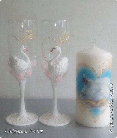 Свадьба у коллеги на работе.Попросила она меня сделать набор на свадьбу: 2 бутылки,бокалы.очаг. Долго смотрели варианты, определялись в цветах. Выбрала лебедей. фото 4