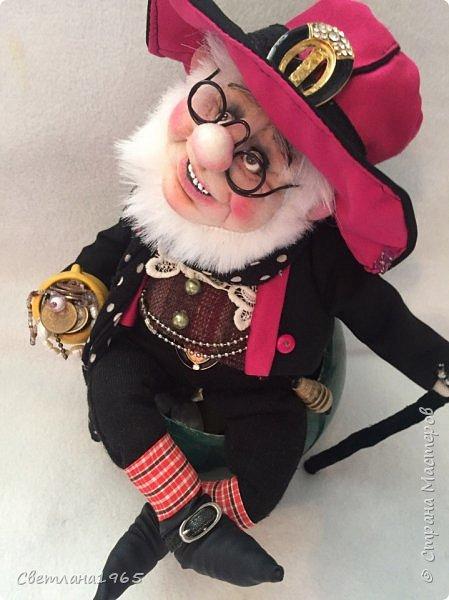 Приветствую всех!Глаза- бусины,зубы нарисовала,обувь из кожи сумки .И морщинки попыталась сделать!Леприконы в зеленых костюмах -ирландские,а у этого -шляпа и пиджак из  пояса от плаща,пускай будет Уральским! фото 1