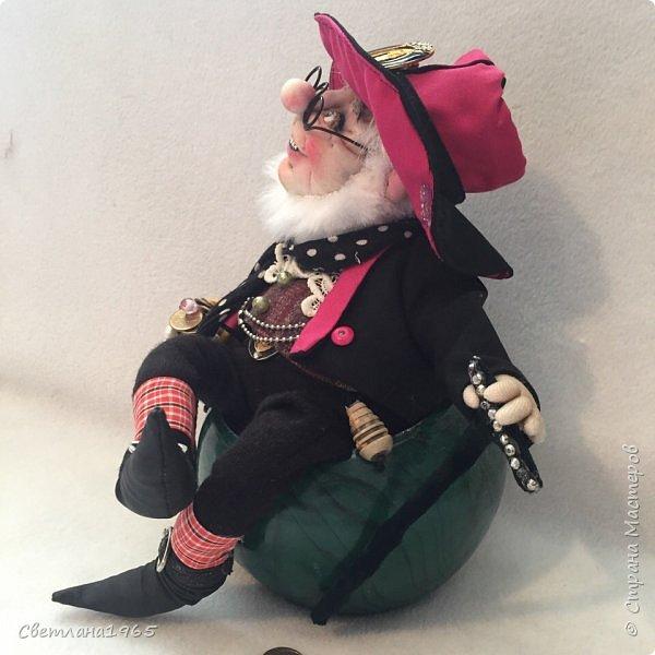 Приветствую всех!Глаза- бусины,зубы нарисовала,обувь из кожи сумки .И морщинки попыталась сделать!Леприконы в зеленых костюмах -ирландские,а у этого -шляпа и пиджак из  пояса от плаща,пускай будет Уральским! фото 9