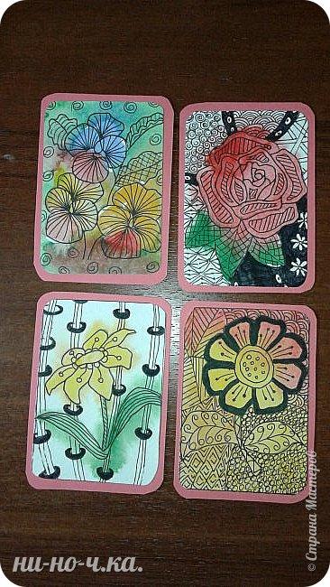 """Здравствуйте, дорогие мастерицы. Сегодня я решила с вами поделиться своим опытом в создании АТС карточек. Мои АТС карточки под названием """" Цветы"""".  Выполнена в технике """"зентангл"""".  Серия состоит из 4х карточек. Материалы:  -тонированный картон -акварельная бумага Карточки основа размером 63мм*89мм, карточка с рисунком размером 58мм*82мм Рисунки перерисованы карандашом на акварельную бумагу Затем я нанесла акварель на мокрый рисунок, после высыхания рисовала зентангл. фото 1"""