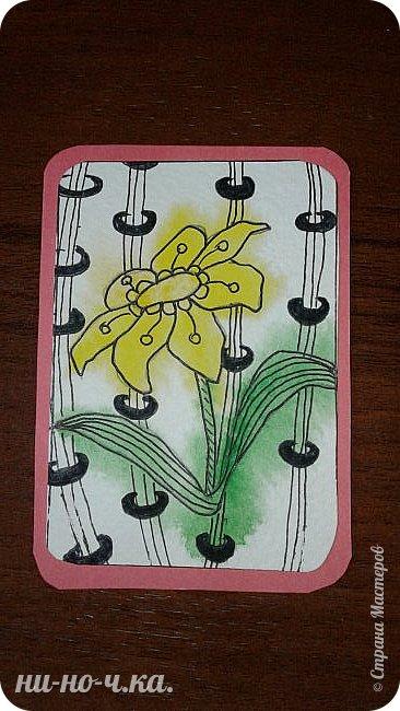 """Здравствуйте, дорогие мастерицы. Сегодня я решила с вами поделиться своим опытом в создании АТС карточек. Мои АТС карточки под названием """" Цветы"""".  Выполнена в технике """"зентангл"""".  Серия состоит из 4х карточек. Материалы:  -тонированный картон -акварельная бумага Карточки основа размером 63мм*89мм, карточка с рисунком размером 58мм*82мм Рисунки перерисованы карандашом на акварельную бумагу Затем я нанесла акварель на мокрый рисунок, после высыхания рисовала зентангл. фото 4"""