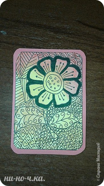 """Здравствуйте, дорогие мастерицы. Сегодня я решила с вами поделиться своим опытом в создании АТС карточек. Мои АТС карточки под названием """" Цветы"""".  Выполнена в технике """"зентангл"""".  Серия состоит из 4х карточек. Материалы:  -тонированный картон -акварельная бумага Карточки основа размером 63мм*89мм, карточка с рисунком размером 58мм*82мм Рисунки перерисованы карандашом на акварельную бумагу Затем я нанесла акварель на мокрый рисунок, после высыхания рисовала зентангл. фото 5"""